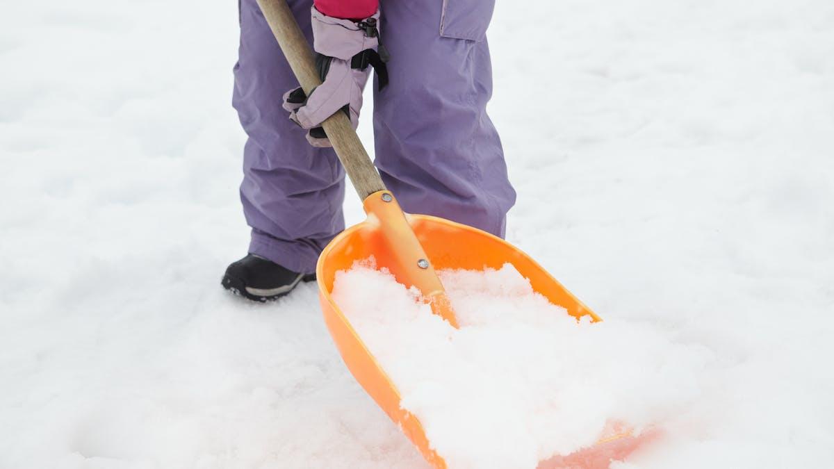 Dans de nombreuses communes, les habitants doivent dégager la neige amassée sur le trottoir.