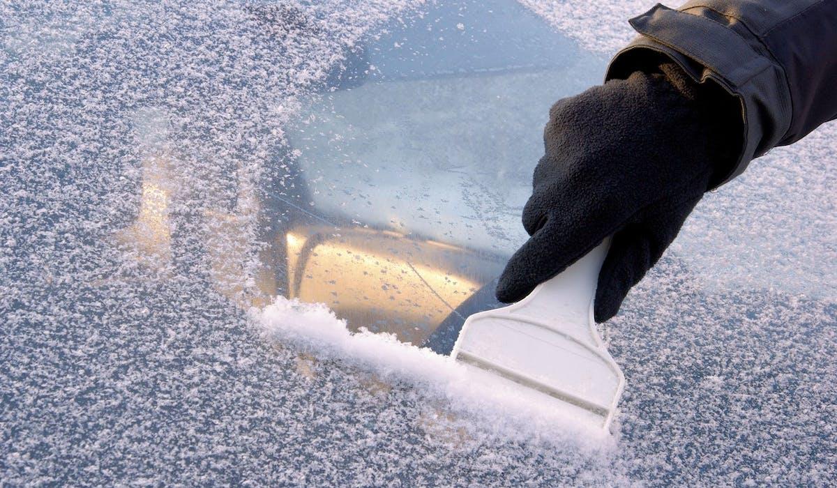 Un automobiliste sur deux stationne son véhicule à l'extérieur sans protéger le pare-brise en cas de grand froid.