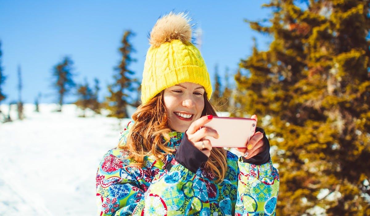 Sur les pistes, les smartphones peuvent avoir d'autres utilités que de prendre des selfies.