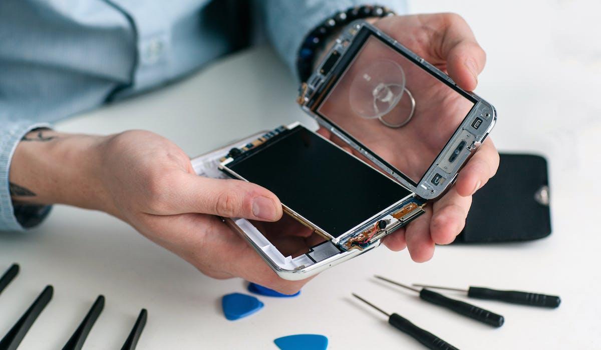 Sur Internet, des tutoriels gratuits vous aident à réparer votre smartphone.