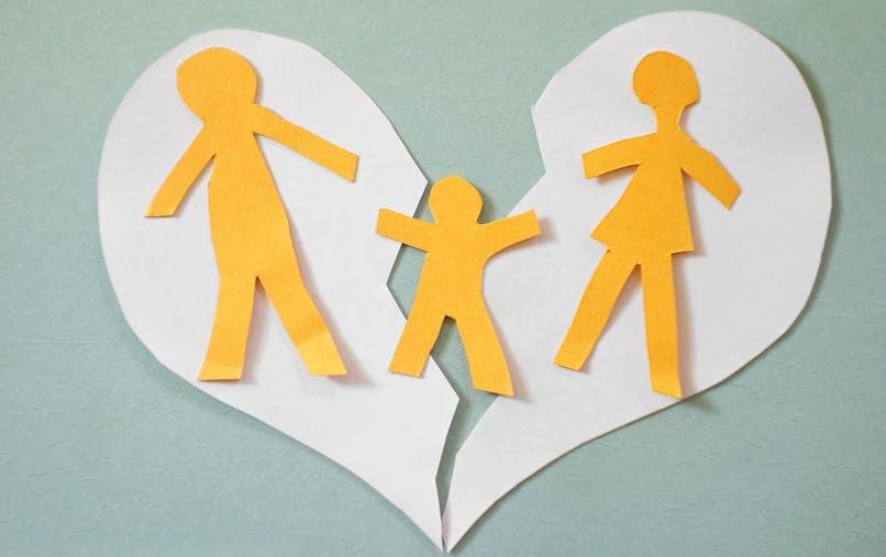 Les parents sont incités à rechercher seuls, ou éventuellement avec l'aide d'un médiateur familial, les solutions pour régler les conséquences de leur rupture.