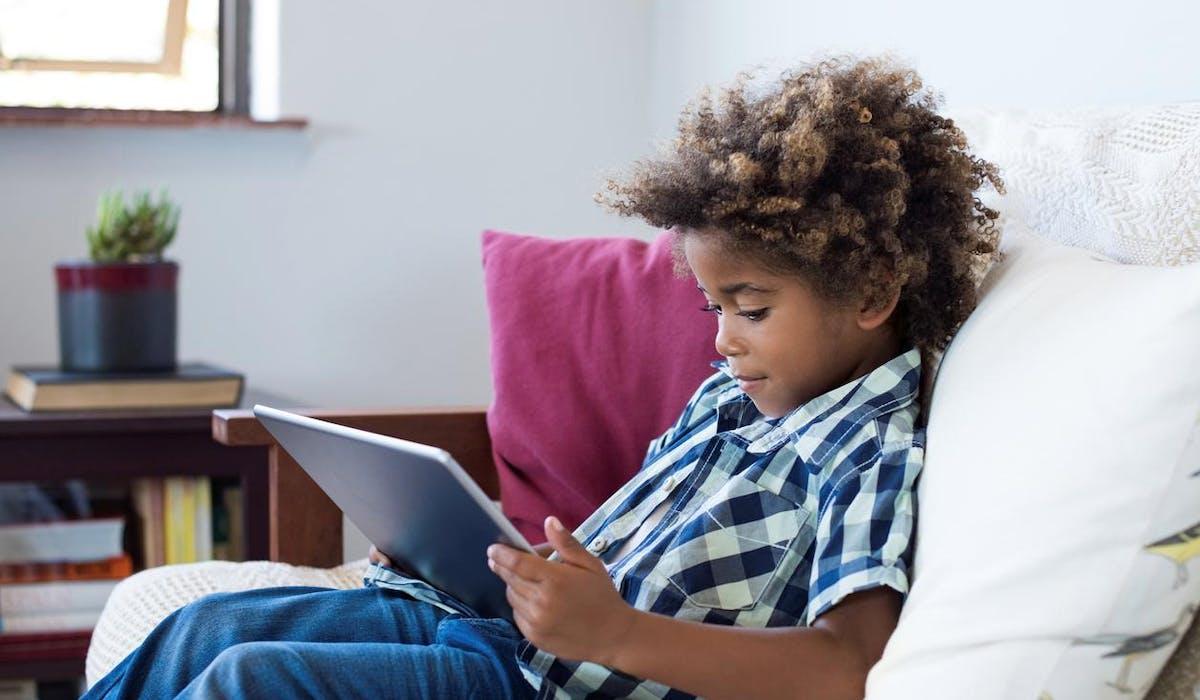 À l'heure actuelle,les réseaux sociaux fixent librement des seuils d'âge.