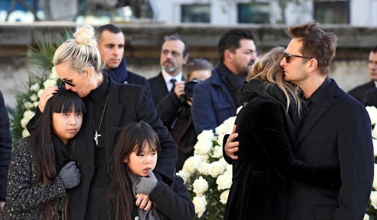 Laeticia Hallyday et ses deux enfants adoptifs, près de Laura Smet et de David Hallyday, lors des funérailles de Johnny, le 9 décembre 2017 à Paris.