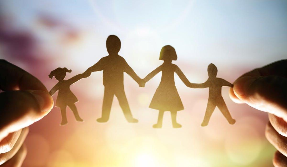 Les foyers comportant au moins deux enfants ont droit, sous conditions de ressources, aux allocations familiales.