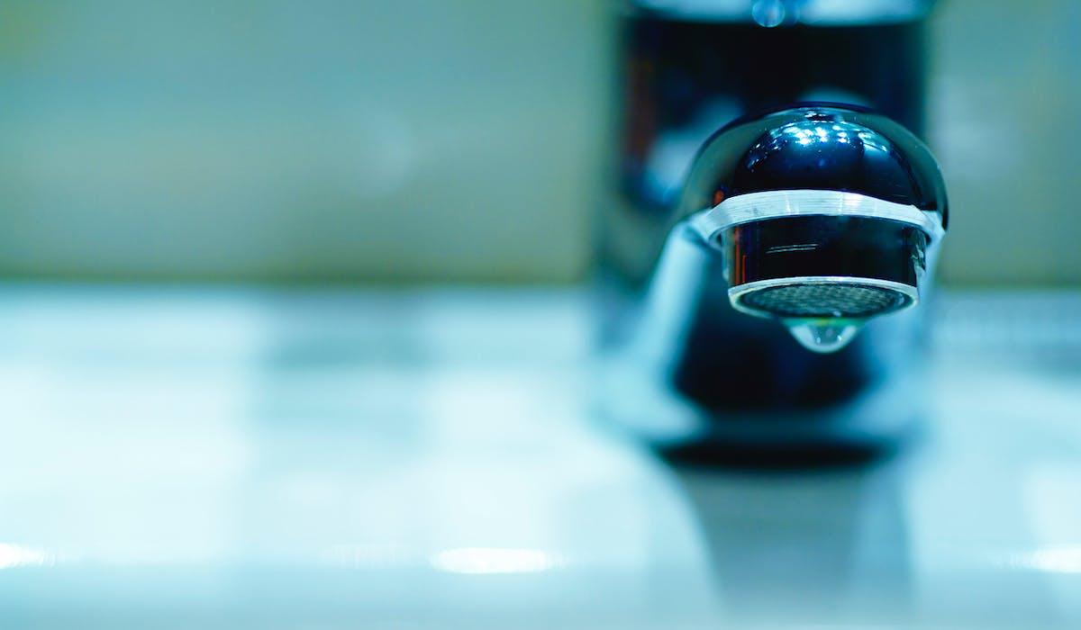 Depuis 2013, il est interdit de couper l'eau dans une résidence principale.