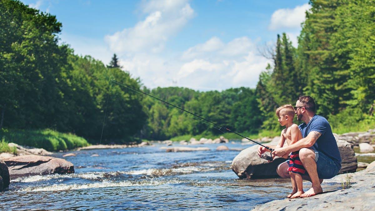 Il n'est pas possible de pêcher dans les fleuves, rivières ou ruisseaux sans autorisation.