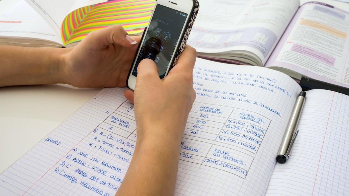 Les règlements intérieurs des écoles et collèges doivent énumérer les lieux où l'utilisation du portable est défendue.