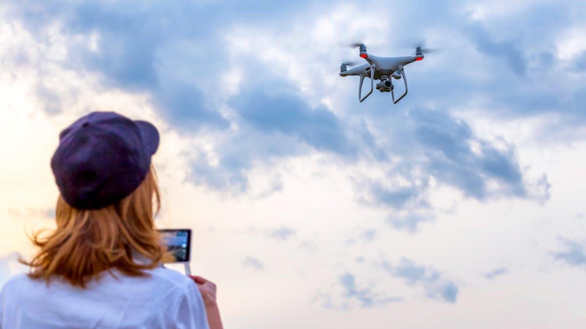 Vous allez devoir passer un examen théorique pour avoir le droit de piloter des drones de loisirs pesant plus de 800 grammes.