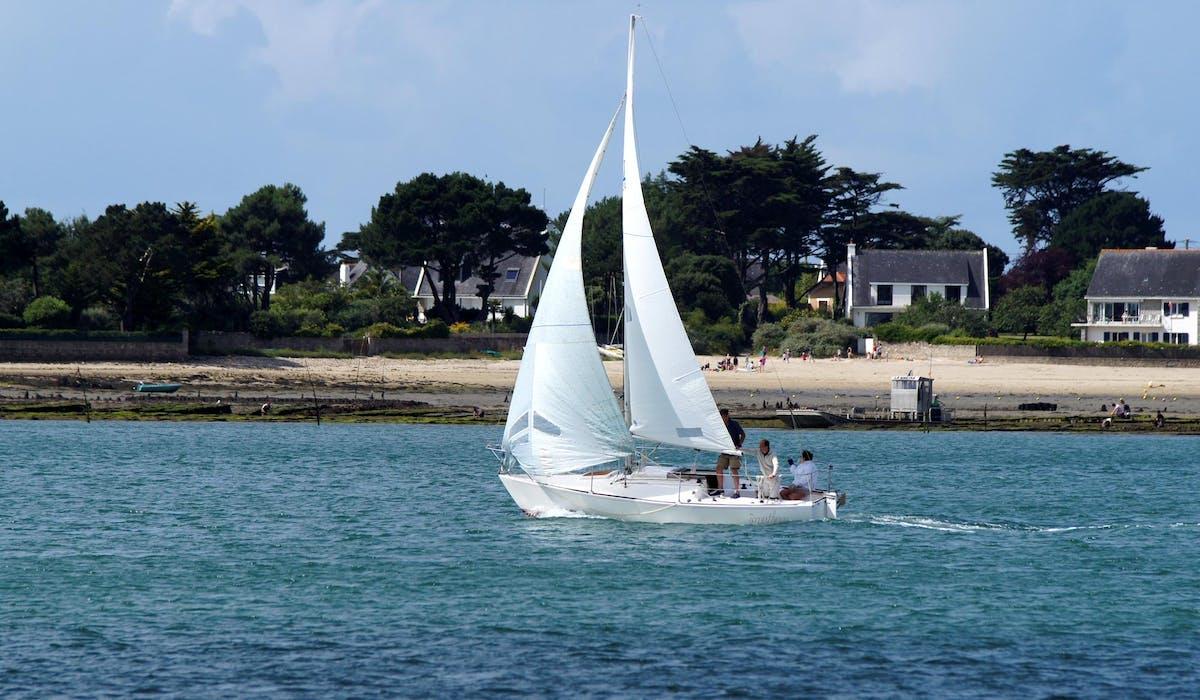 Pour naviguer sans dépenses excessives, préférez la location à l'achat d'un bateau si vos sorties en mer ne sont qu'occasionnelles.