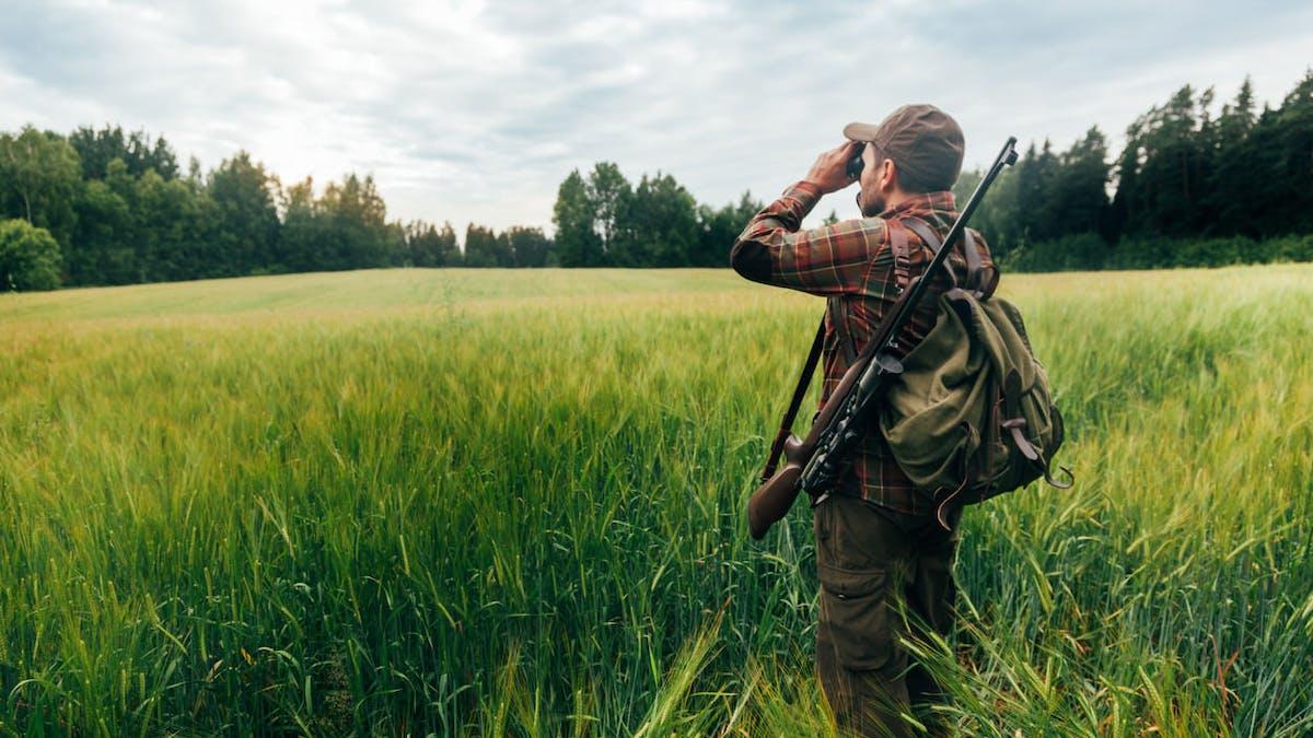 Un chasseur doit valider tous les ans son permis de chasser et payer une redevance.