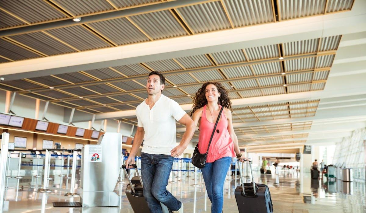 Il est conseillé d'arriver au moins deux heures avant le départ de l'avion pour être sûr d'embarquer à temps.