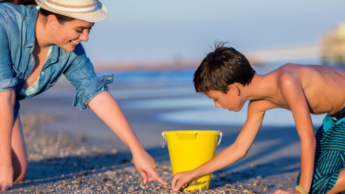 Le ramassage de sable, coquillages ou galets est strictement réglementé en France.