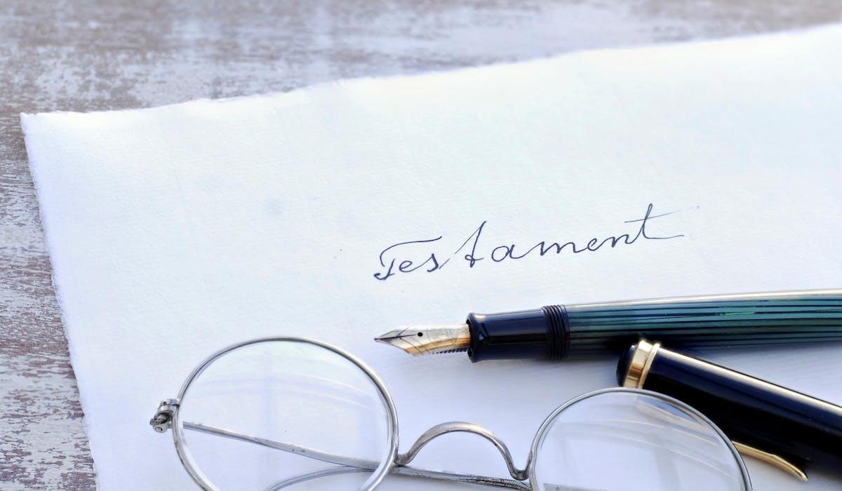 Les partenaires d'un Pacs doivent chacun faire un testament valable pour pouvoir se léguer leurs patrimoines respectifs entre eux.