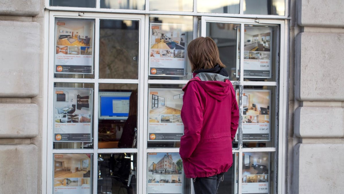 Les frais d'agence immobilière s'élèvent en moyenne à 5,4 % du prix de vente d'un appartement valorisé à 450 000 €.
