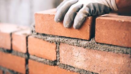 Mur mitoyen : vous avez le droit de le surélever