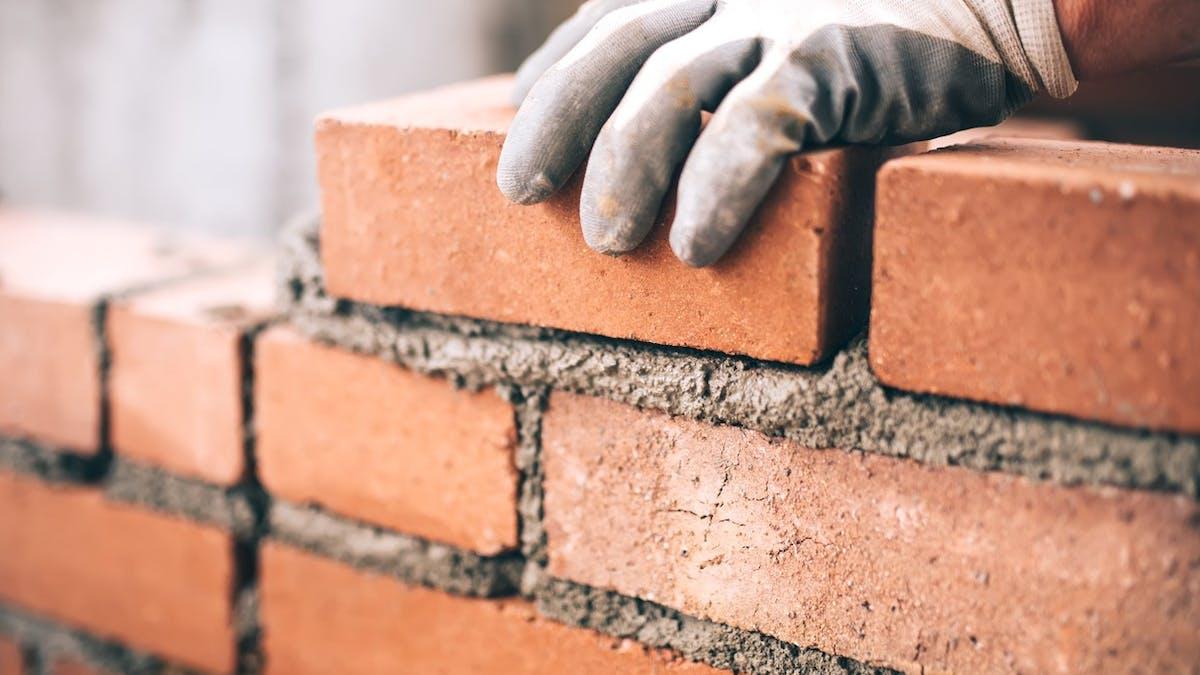 Vous avez le droit de surélever un mur mitoyen à condition d'en supporter seul les frais.