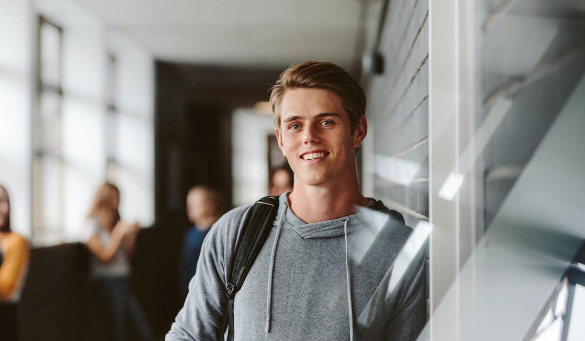 Donner des cours aux plus jeunes, un grand classique du job étudiant.