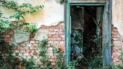 Conserver un bâtiment en ruine sans l'entretenir peut coûter cher