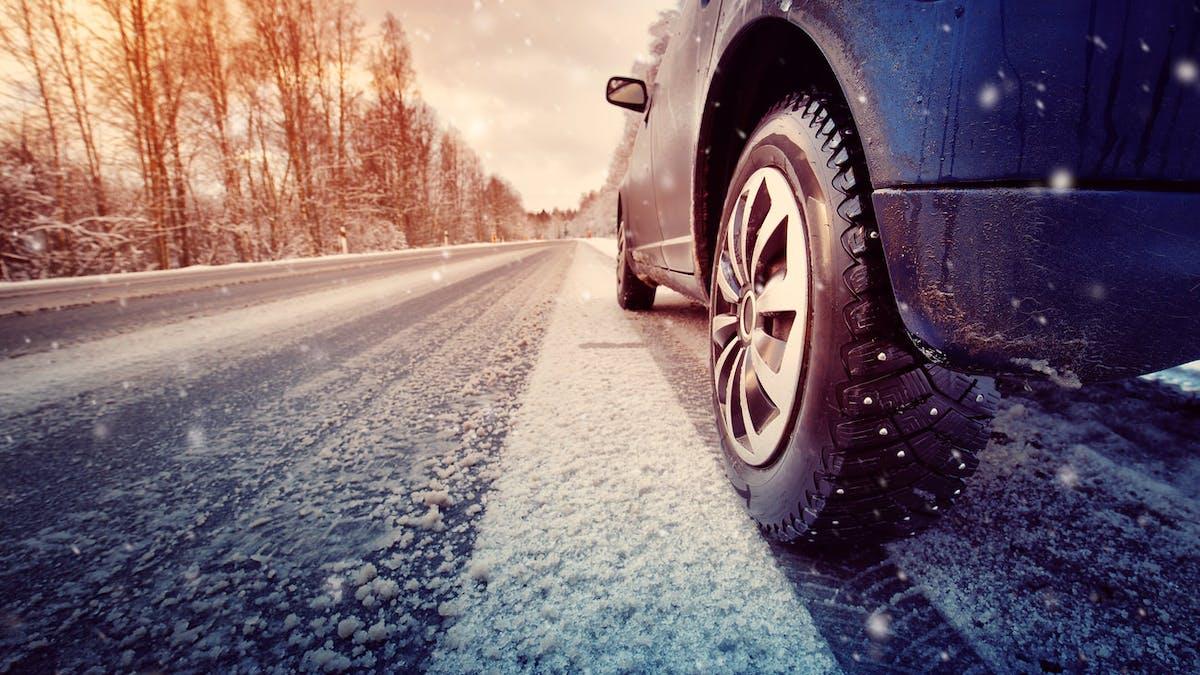 A partir de novembre 2019, les pneus neige, cloutés ou les chaînes pourront devenir obligatoires en zone montagneuse.