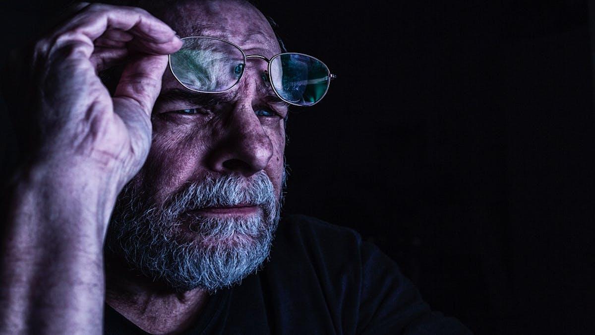 Le site Internet Savoiraider.org donne des conseils pour savoir comment réagir face à un proche âgé déficient visuel.