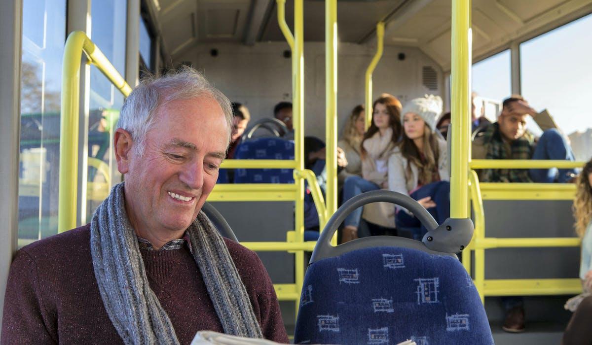 Dans les villes et agglomérations, les seniors bénéficient de tarifs réduits dans les transports en commun.