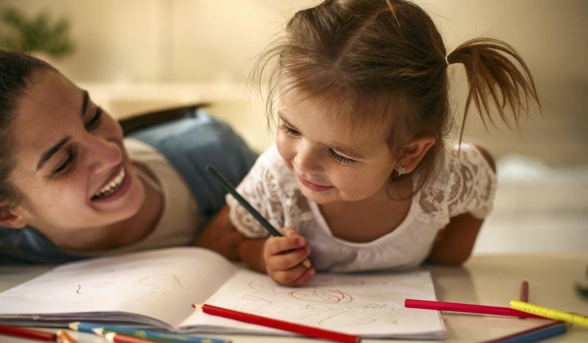 Pour devenir assistante maternelle, vous devez disposer d'un agrément du président de votre conseil départemental et avoir suivi une formation.