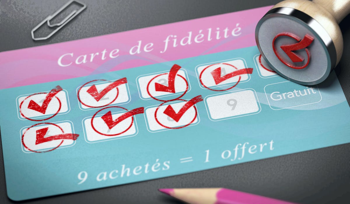 Une carte de fidélité permet de cumuler des points donnant accès à des réductions, des bons d'achat ou des cadeaux.