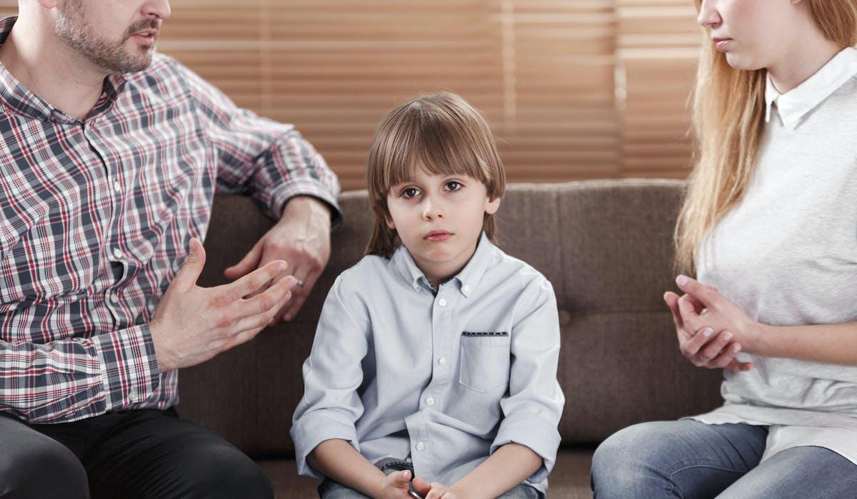 La contribution à l'entretien et à l'éducation des enfants peut être due entre des parents séparés.