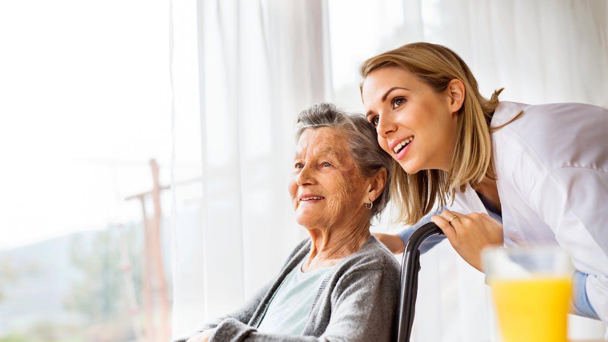 L'APA, une aide financière pour les personnes âgées à domicile ou en institution.