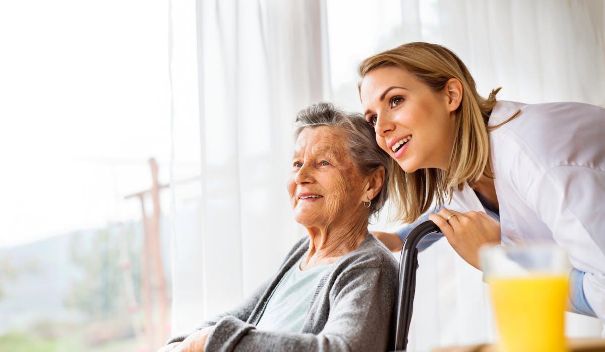 Personne âgée dépendante : les aides financières  Dossier Familial