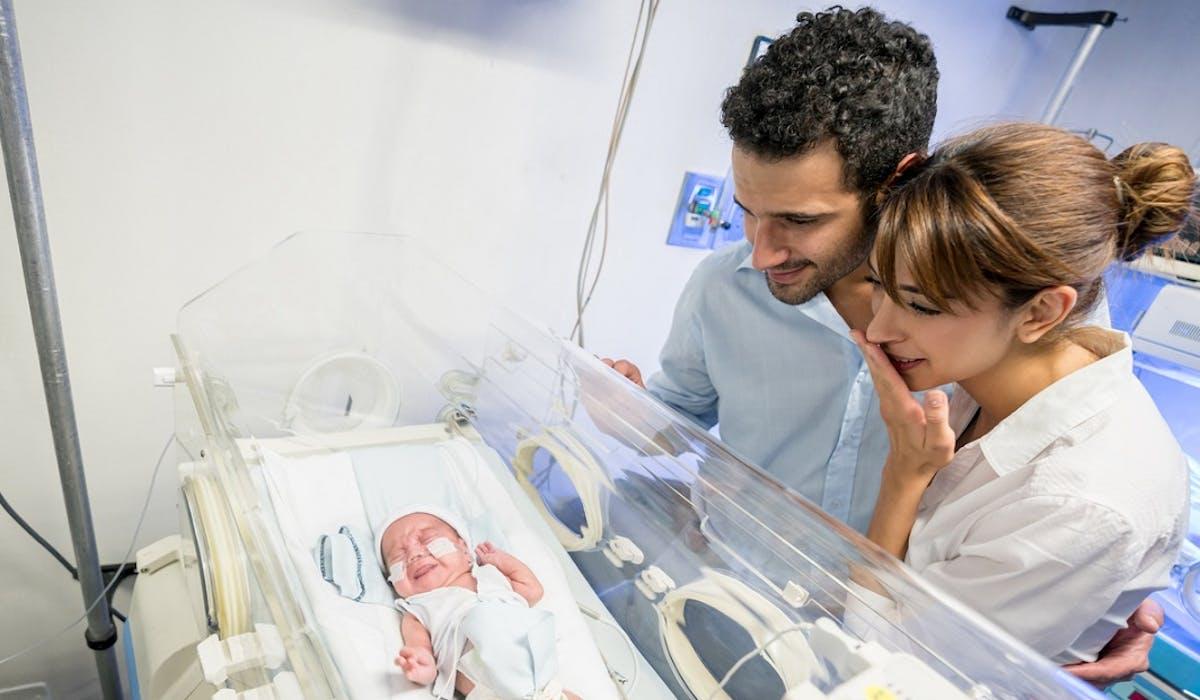Les pères d'enfants nés prématurés devraient bientôt bénéficier de jours de congé paternité supplémentaires.