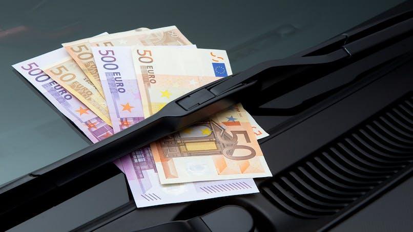 Arnaque : gare au billet sur le pare-brise de votre voiture