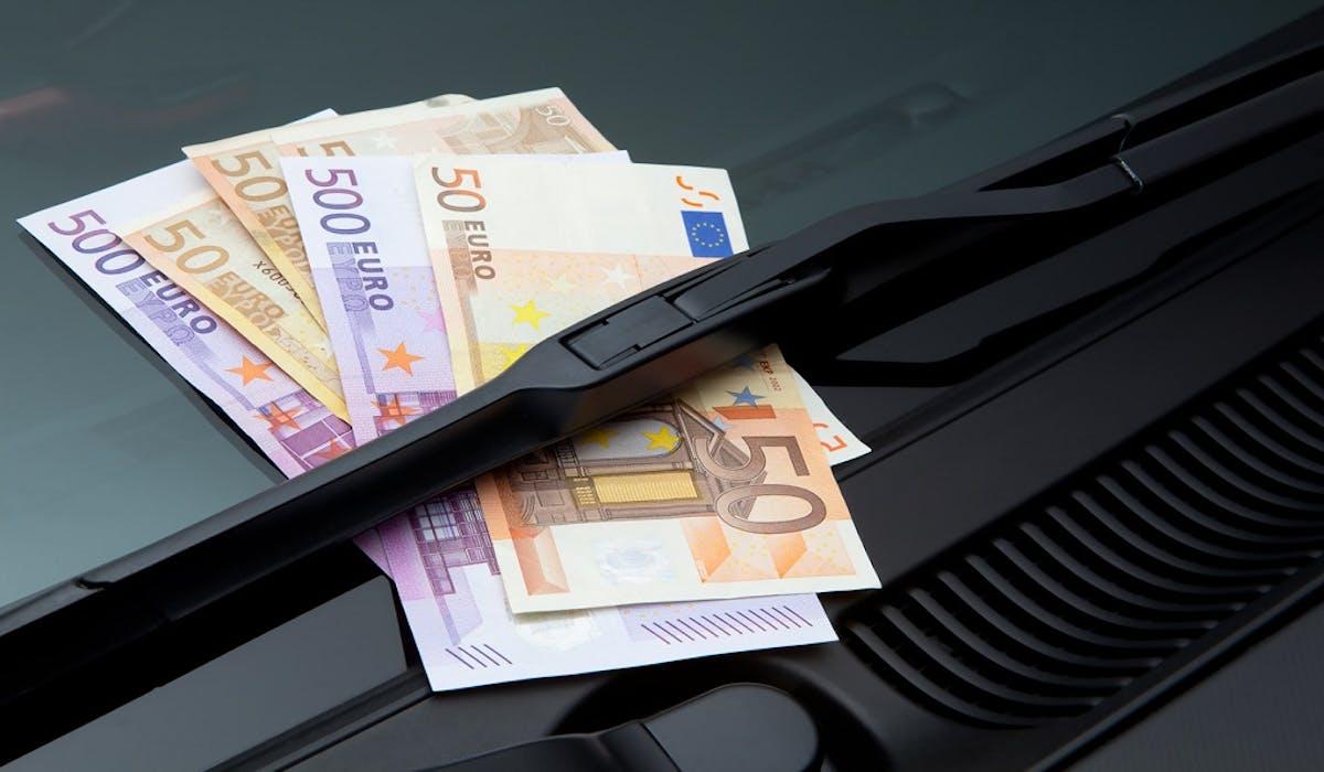 La Police nationale met en garde les automobilistes contre l'arnaque du billet de 50 euros sur le pare-brise.