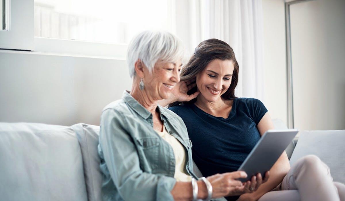 La loi Elan crée un contrat de cohabitation intergénérationnelle pour faciliter le logement des jeunes chez les seniors.