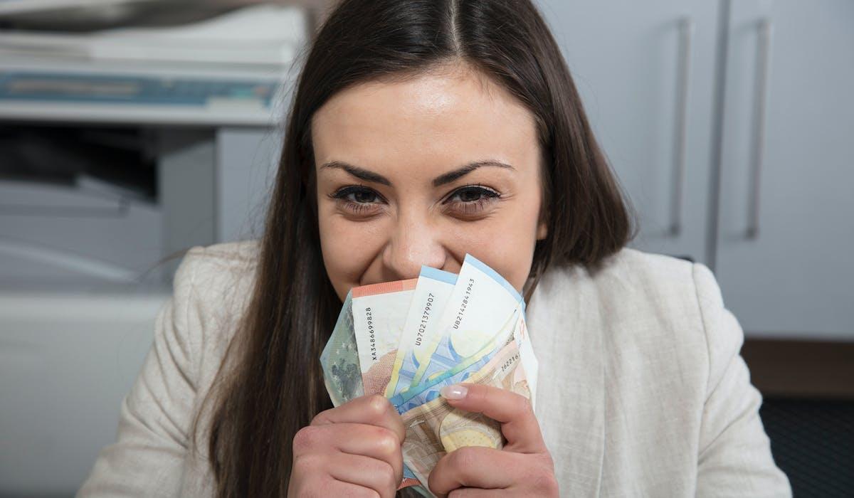 Travailler un peu plus, vendre des objets personnels, louer sa voiture… des moyens pour gagner quelques euros de plus avant les fêtes de fin d'année.