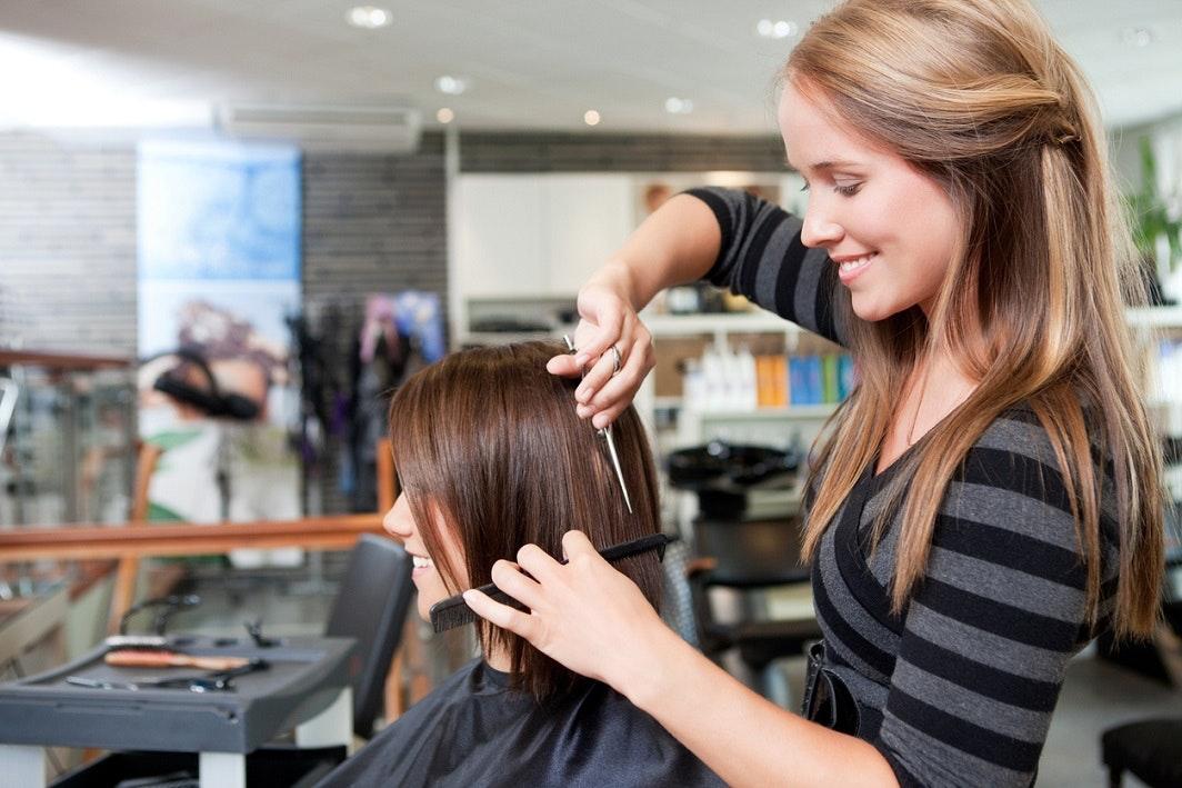 Coiffeur travail seulement coupes de cheveux garçons filles