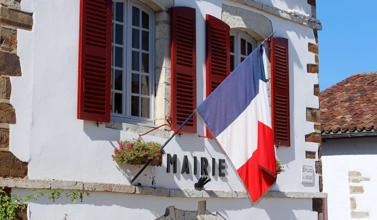 La mairie de La Bastide-Clairence (Pyrénées-Atlantiques).