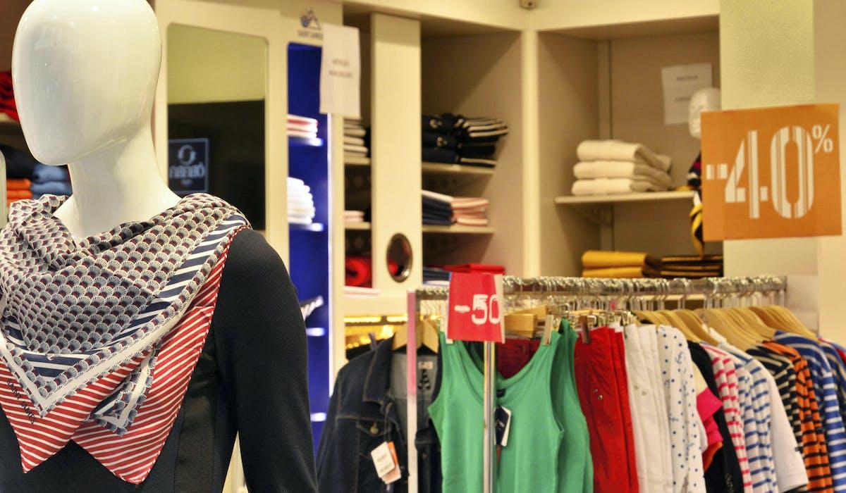 Les soldes permettent aux magasins d'écouler de façon accélérée leurs «marchandises en stock», d'après l'article L. 310-3 du Code de commerce.