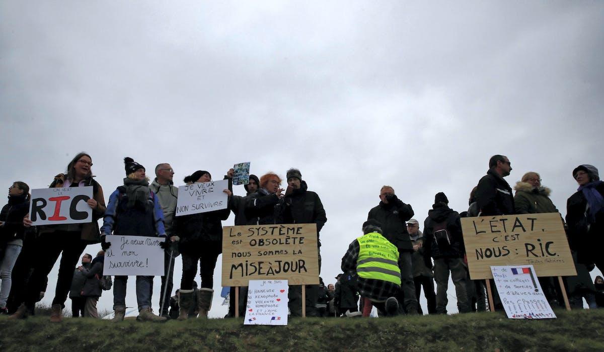 Des manifestants mardi à Grand Bourgtheroulde, avant l'arrivée d'Emmanuel Macron.