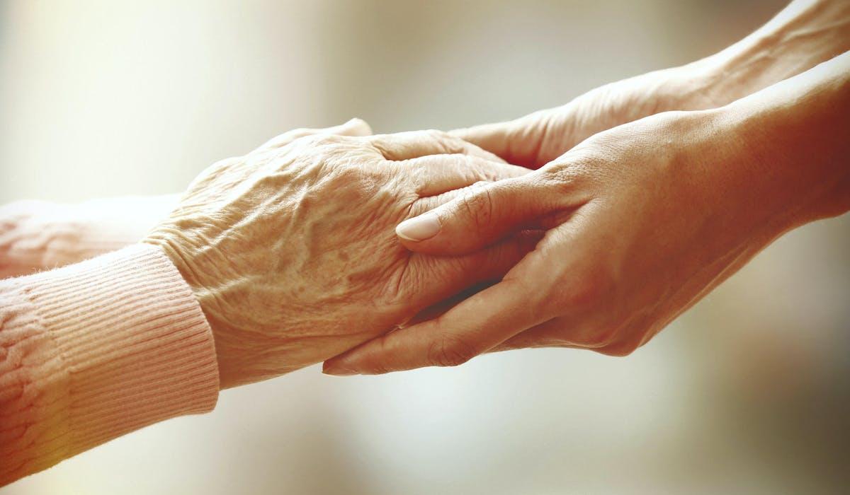Un accompagnement coordonné ou professionnels et proches se relaient favorise le bien-vieillir à domicile.