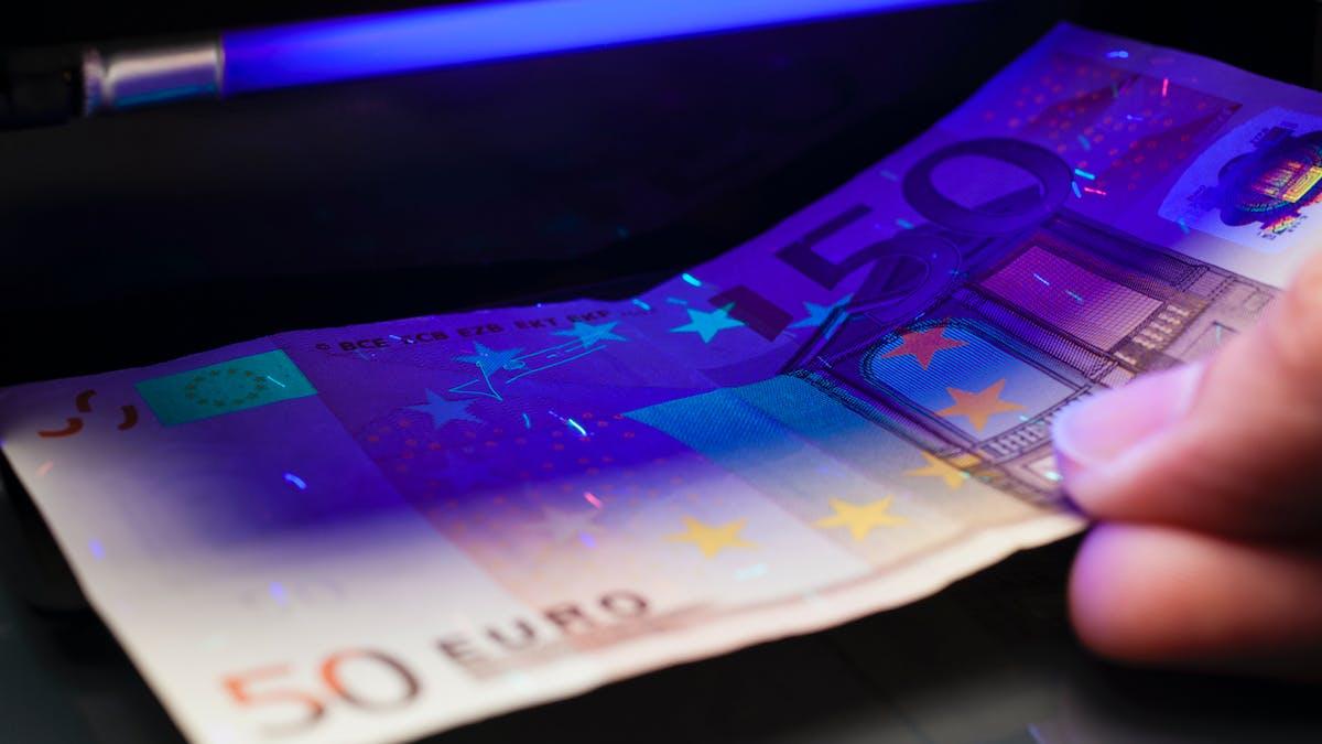 Le nombre de faux billets en euros en circulation diminue.