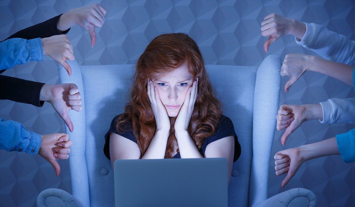 L'auteur de harcèlement en ligne risque 2 ans de prison et 30 000 € d'amende.