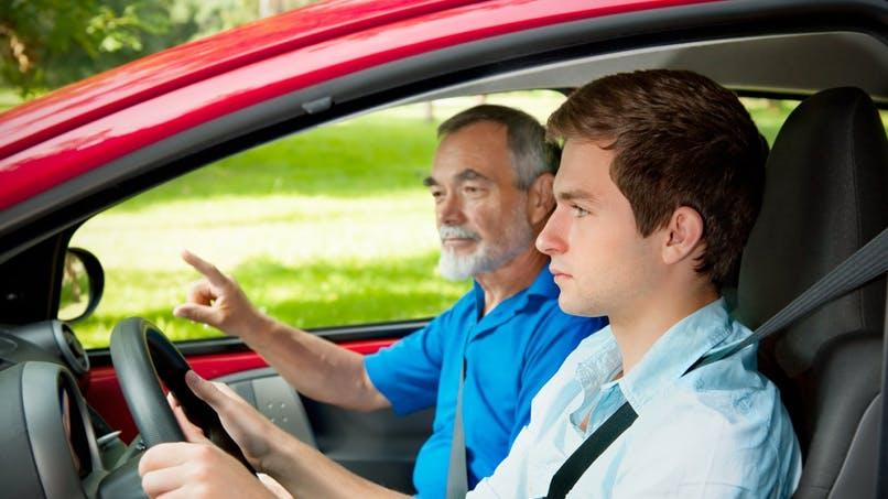 Permis de conduire : les jeunes pourront passer le code gratuitement pendant le service national universel
