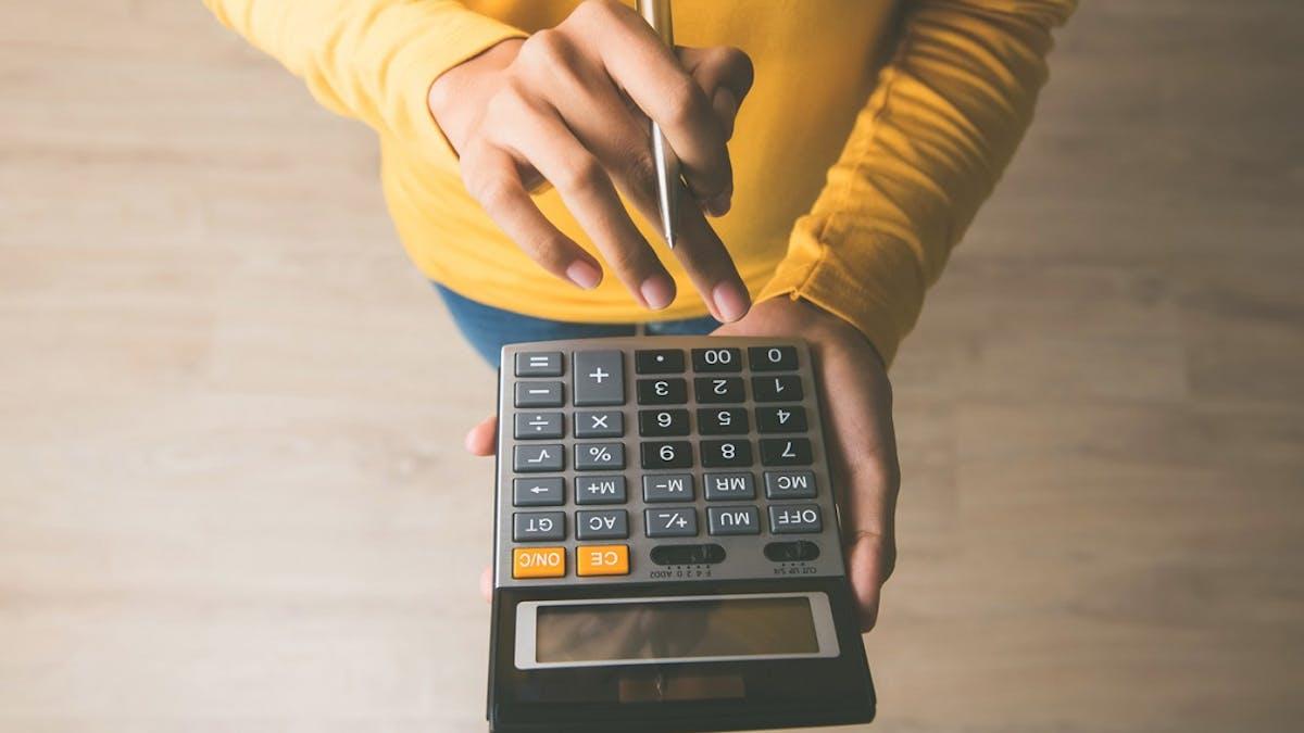 Pour les contrats courts, l'employeur doit appliquer un abattement d'un montant de 624 euros sur le salaire net imposable.