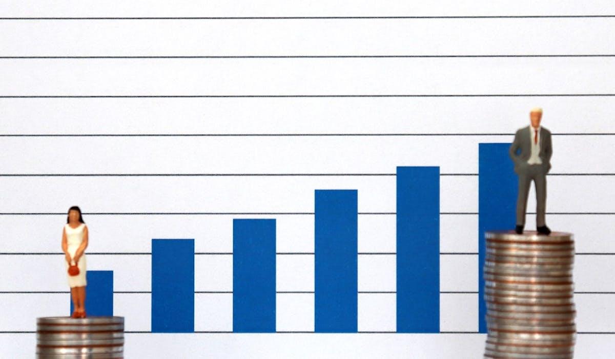 Le revenu net mensuel moyen des femmes est inférieur de 802 euros par rapport à celui des hommes.