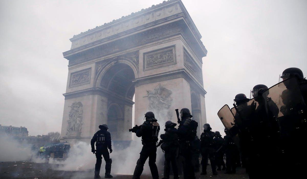 Des CRS lors de la mobilisation des « gilets jaunes » le 12 janvier, près de l'Arc de Triomphe à Paris.