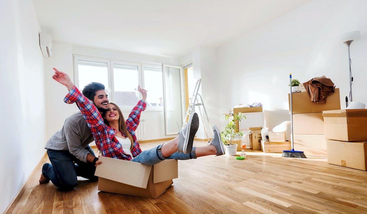 Poser ses valises dans le même logement est une étape importante pour un couple.
