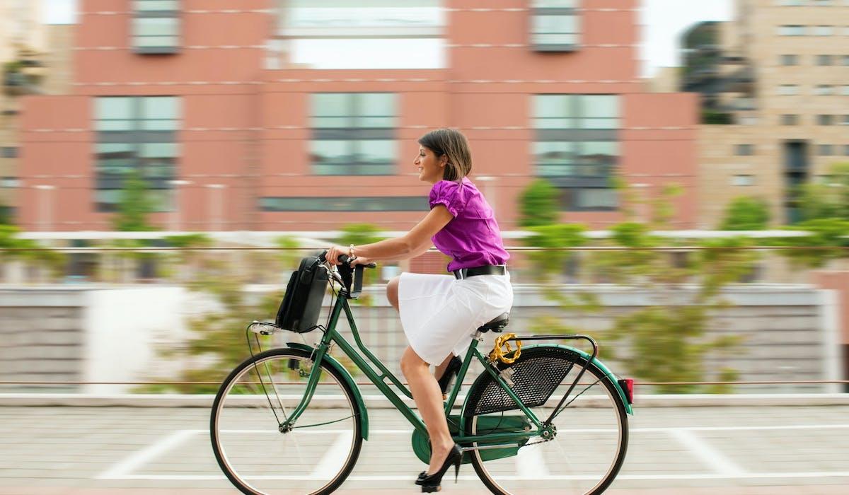 Le projet de loi d'orientation des mobilités vise à encourager les trajets à vélo entre le domicile et le travail.