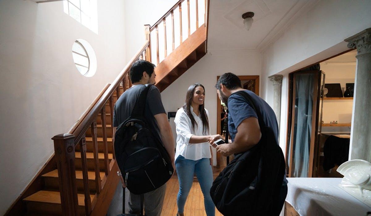 Les agents assermentés municipaux ne peuvent pas procéder à la visite d'un logement touristique de courte durée sans l'accord de l'occupant ou du gardien.