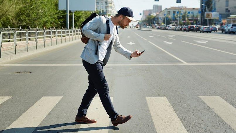 Sécurité routière : de plus en plus de piétons smartphone à la main